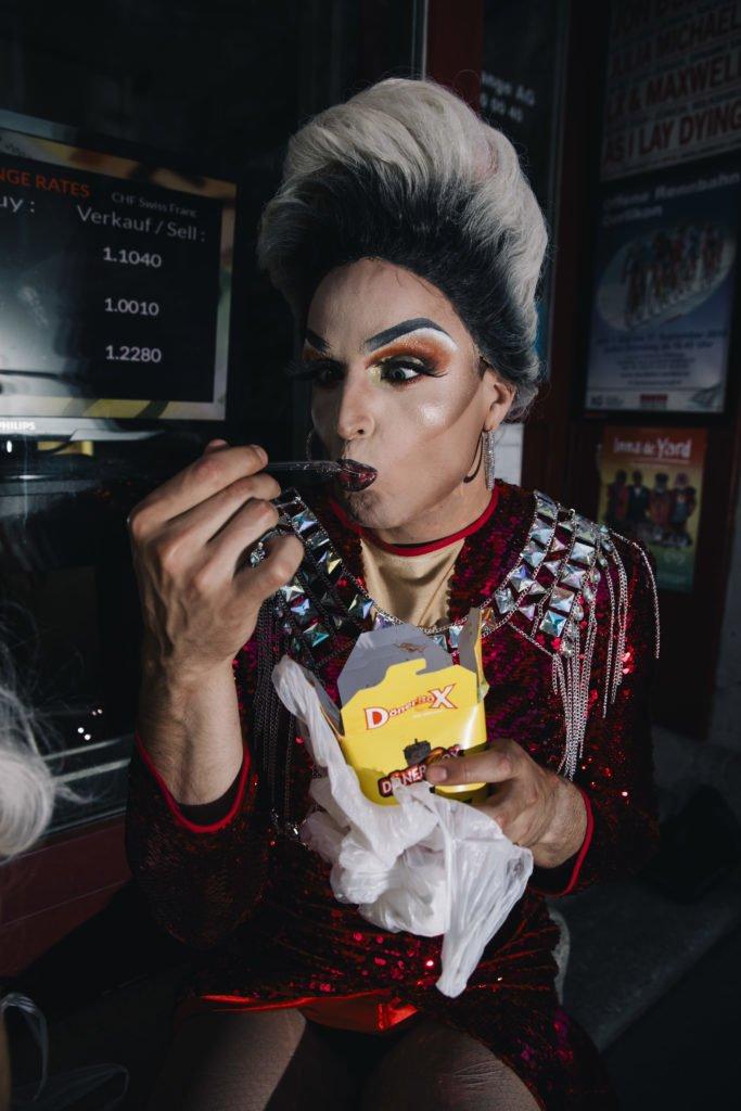 Die Late Night Drag Odette Hella Grand kredenzt eine Döner-Box